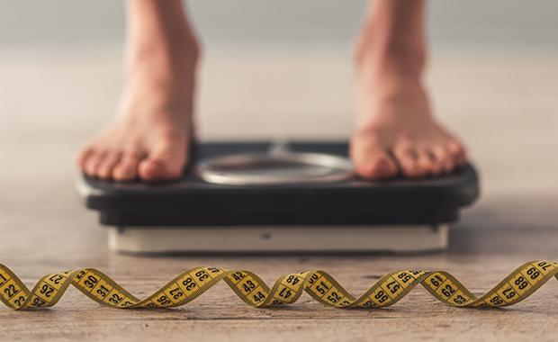 Peso y estatura: el tamaño corporal condiciona directamente la cantidad masa libre de grasa, debido a que se relaciona con la cantidad de masa muscular y de masa ósea